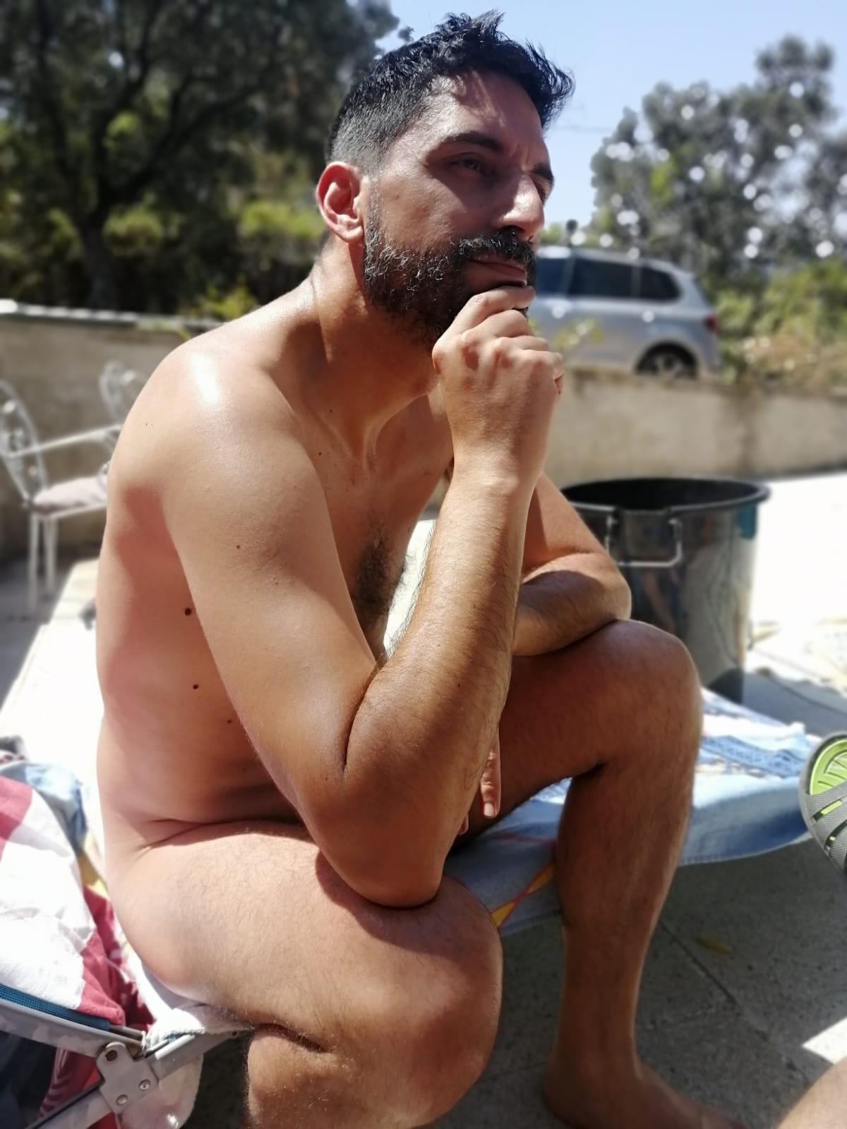 El pensador en piscina de AANUMA
